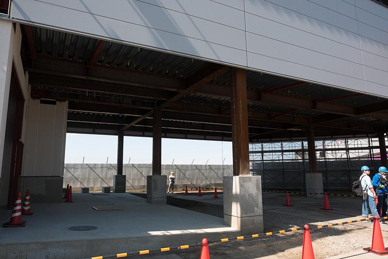3カ所の徒歩ゲートが設けられるピア棟。2階部分はグランドハンドリング車両が通過できるようピロティ状に