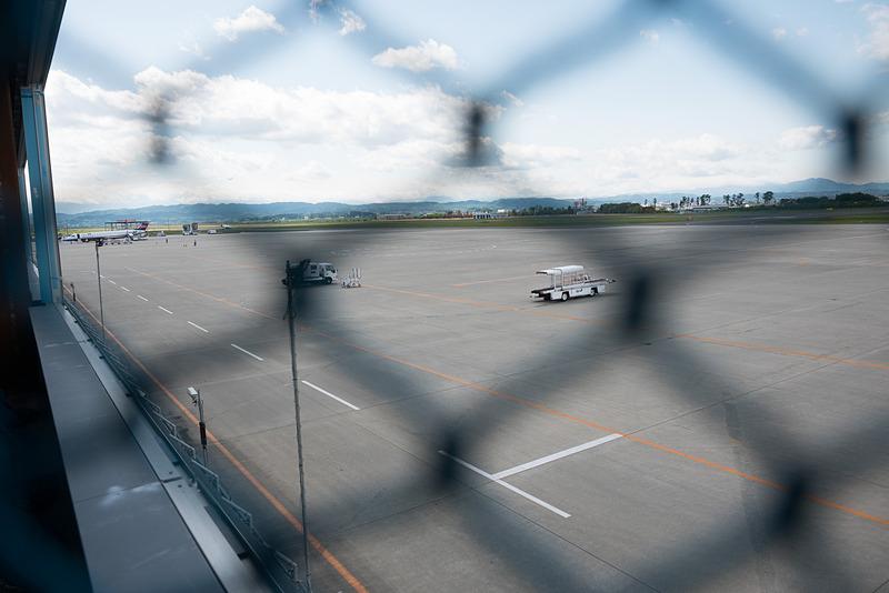 こちらがピア棟前のエプロンで、取材中にANA(全日本空輸)のボンバルディア Q400型機がスポットイン。現在はここは、バスで乗降するスポットとして使用されている
