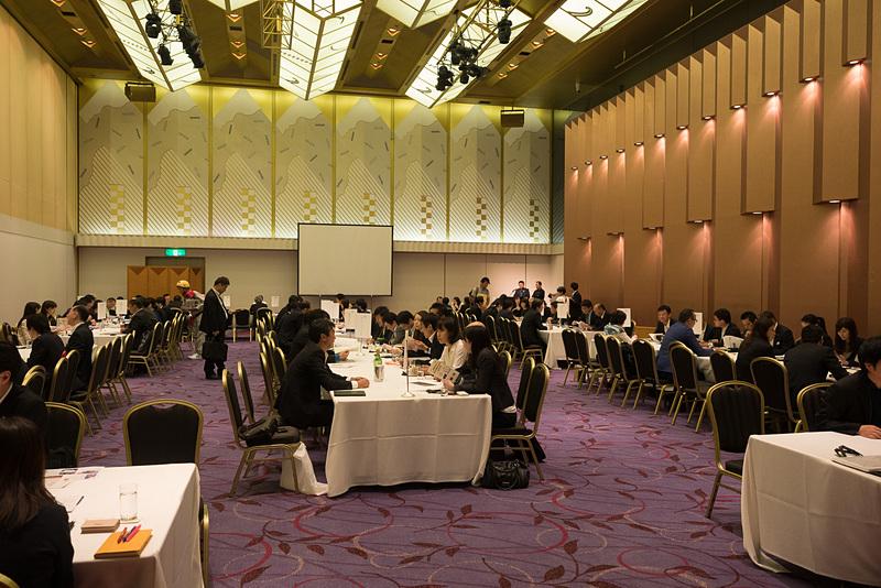 商談会には旅行会社19社が参加。徳島県内の施設関係者が各旅行会社のテーブルをまわってセールス活動を行なった