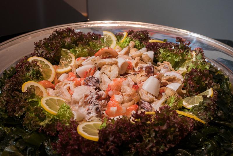 こちらは鳴戸の海の幸。写真左が鳴戸わかめのサラダ、写真右が鳴戸鯛のカルパッチョ