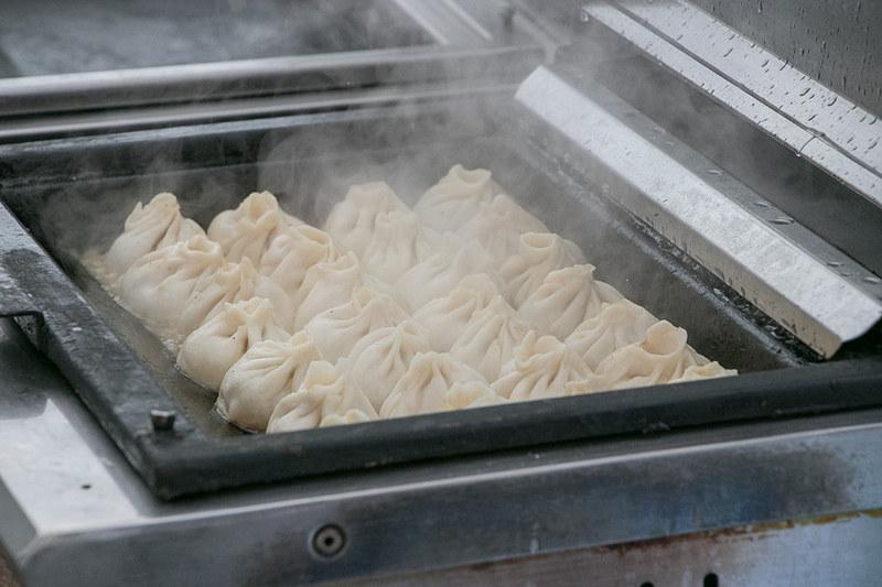 中華料理のブースでは半分に割ったサツマイモの表面に砂糖を乗せて焦がした黄金芋のキャラメリーゼ(500円)や焼小籠包(700円)などを販売
