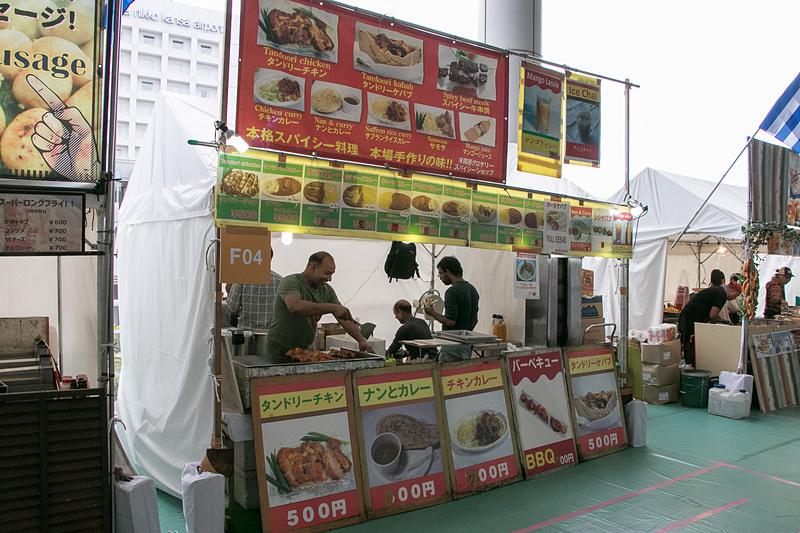 バングラデシュ料理ブースはナンとカレー(600円)、チキンカレー(700円)、タンドリーチキン(500円)などを販売