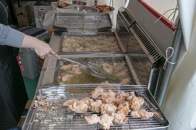 台湾料理ブースでは唐揚げ(600円)や春巻き(2本、500円)などを販売
