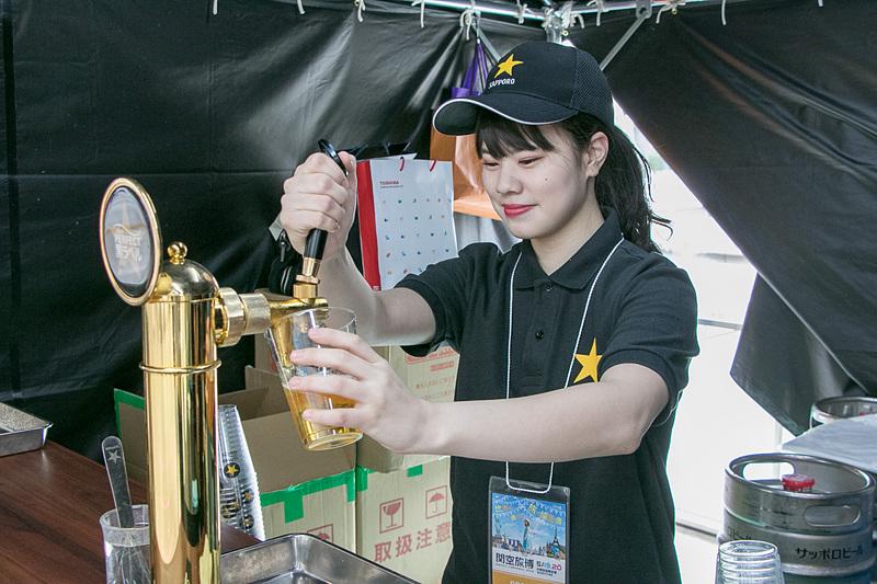 目の前で注いでくれる生ビールは格別