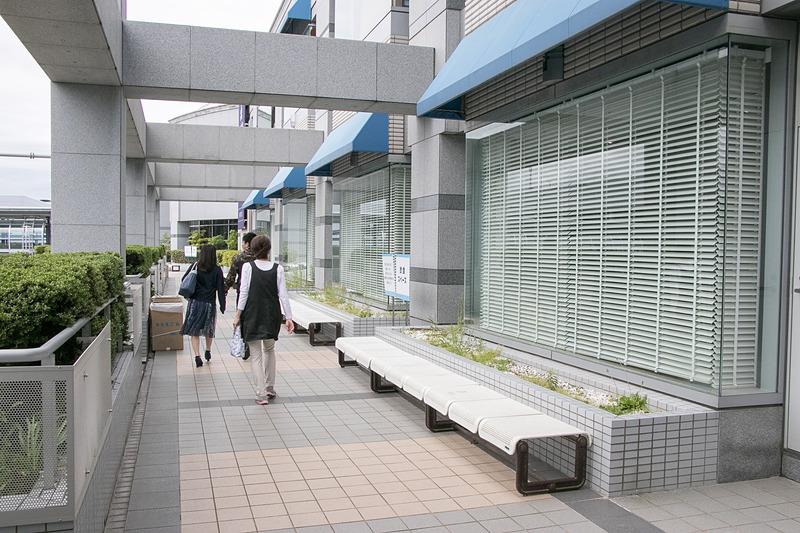 飲食エリアはエアロプラザの2階外周通路に設けられている