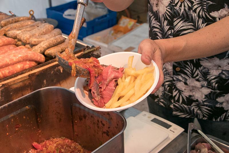 シュラスコプレートは50gが500円、80gが700円、120gが1000円。トマトやパプリカを煮込んだスープは酸味があって肉との相性も抜群