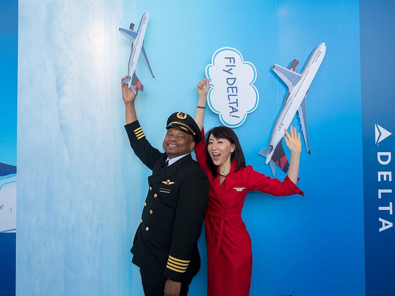 現役機長やCAとともに空を飛んでいることをイメージしてポーズ