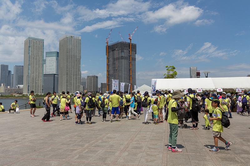 イベントが開催された豊洲公園。当日は雨予報であったが、天気は回復。参加者は受付時に渡された黄色のTシャツを着用して参加