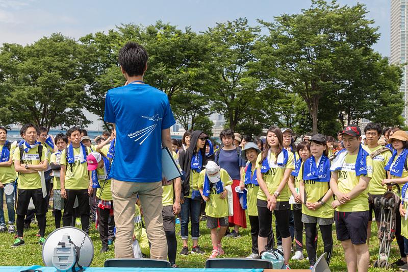 イベントを主催している各社からも理解を深めようと多くの人たちが参加していた。写真は出発前に結団式を行なうANAグループの皆さん