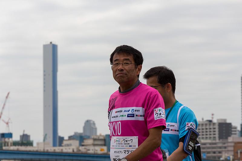 一緒に歩くアスリートはピンクのTシャツを着用して参加
