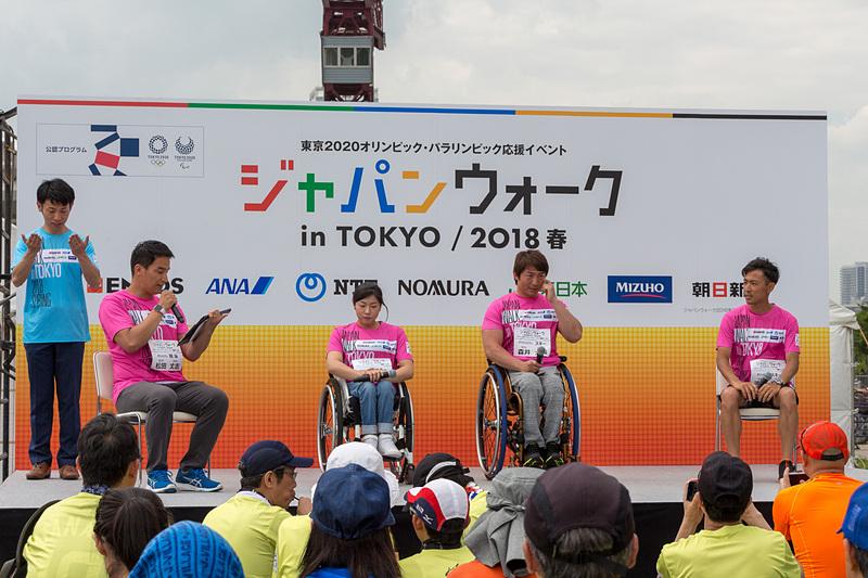 トークショー最後は2018平昌冬季オリンピック・パラリンピック大会を競泳のメダリストである松田丈志さんの司会で振り返ってもらった。左から松田丈志さん、村岡桃佳さん、森井大輝さん、渡部暁斗さん