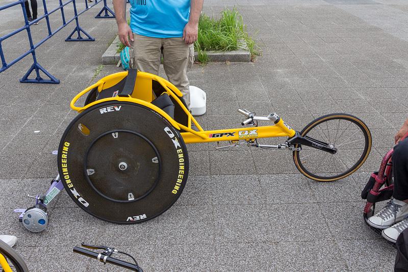 体験エリアには2種類のレース用の車いすが用意されていた。花岡さんによるとホイールの大きな方が、よりレース仕様になっているとのことだ