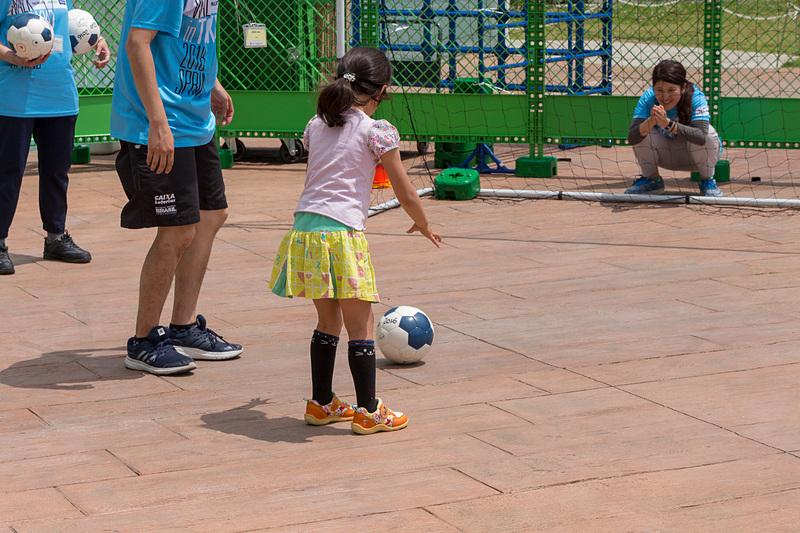 ブラインドサッカーの体験エリアでは、実際にアイマスクをして掛け声と鈴が内蔵されたボールの音を頼りにゴールを狙う