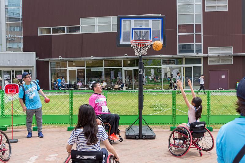車いすバスケットボールは車いすを操作しながらゴールを狙うので、動作の切り替えタイミングがとても難しい
