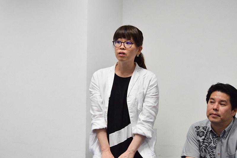 デザインコンセプトを説明する株式会社旭堂 企画デザイン部の嘉陽田ひろこ氏