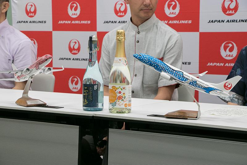 羽田空港国際線ターミナル内で「國酒・琉球泡盛応援プロジェクト」キックオフ記者会見を開いた。会見には沖縄から蔵元の代表者や「泡盛の女王」も参加した