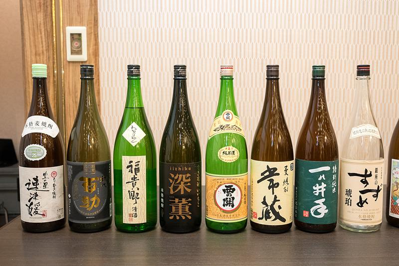 大分県の國酒。写真左の8銘柄が羽田空港 国内線/国際線、写真右の3銘柄が成田空港の国際線で提供するもの