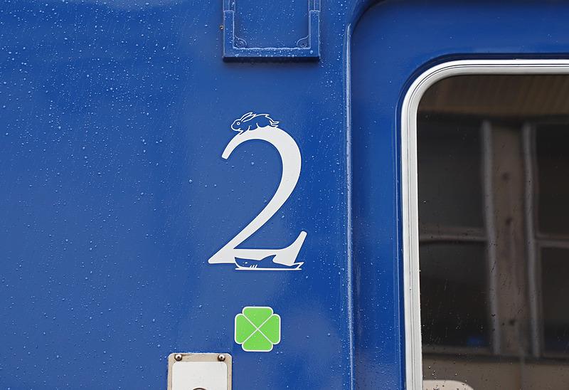 1号車と2号車ドア付近に書かれた号車表示。1号車は島根(出雲)、2号車は鳥取(因幡)を連想させるイラストをあしらっている