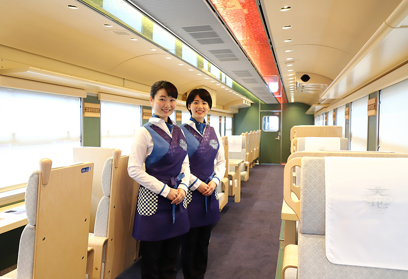 アテンダントとして搭乗する狩野裕香氏(左)と西谷さき氏(右)。「ゆったりとした空間で、山陰の景色と食を体感してください」とのこと