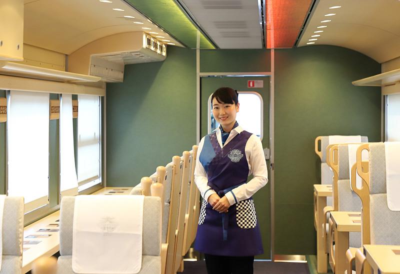 接客イメージ。制服のデザインにも「あめつち」色が盛り込まれている