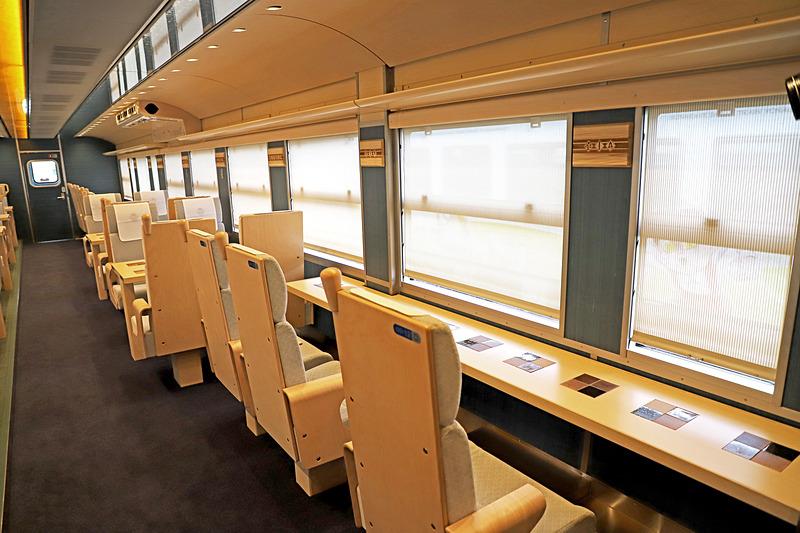 1号車(写真左)、2号車(写真右)のカウンター席のうち、1号車の写真一番手前の座席は回転できる。車いす利用者を想定した設計で、後述の多目的トイレにも最も近い座席だ