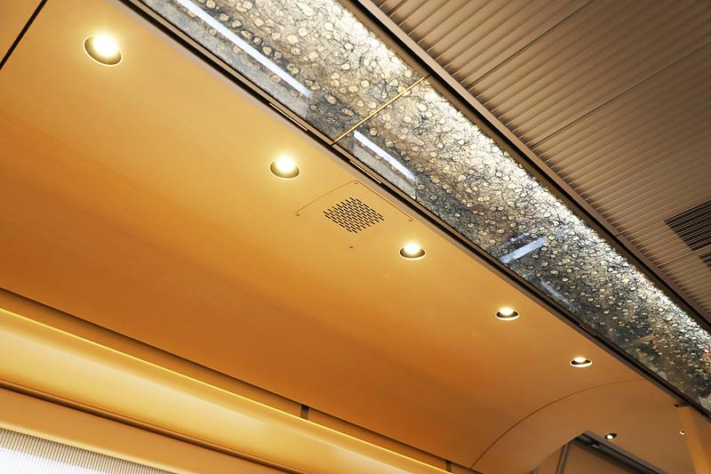 天井に埋め込まれた電球色のLED照明も地元企業(島根県出雲市)が製造している