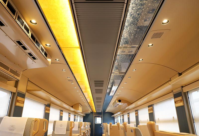 1号車(写真左)、2号車(写真右)の天井照明は、因州和紙(鳥取県鳥取市)をとおして間接照明のような柔らかい光としている