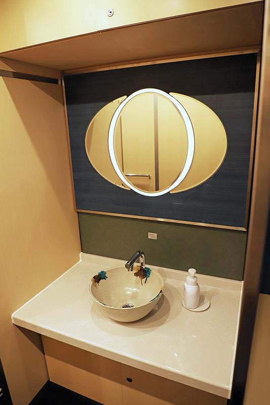1号車に設けられた洗面台。岩井窯(鳥取県岩美町)の手洗い器を設置