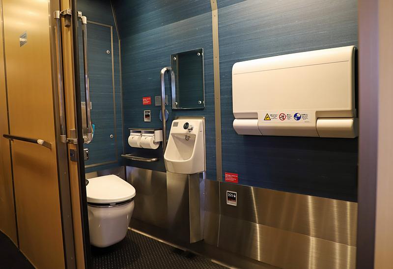 1号車に設けられた多目的トイレ。車いすのまま入れる広さがあり、おむつ交換台も備えている。女性専用トイレも別途用意