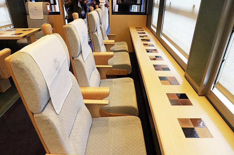 1号車(写真左)、2号車(写真右)ともに海側(偶数番号席)には窓へ向いたカウンター席がある