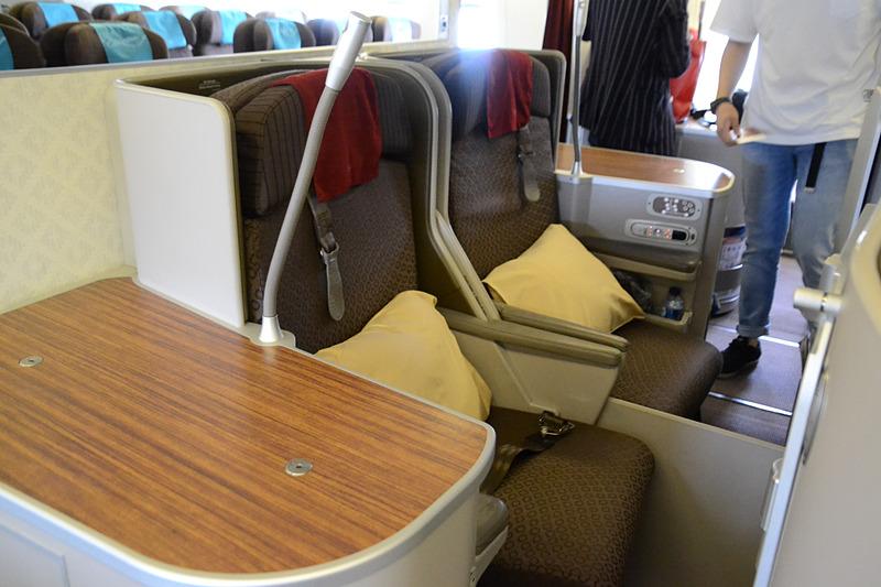 席に座って隣の席を見たところ。2つの席が隣り合っていて2人旅行にも最適