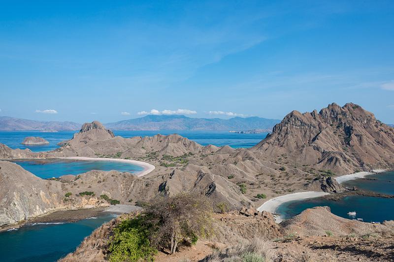 パダールアイランドをトレッキングすれば、頂上からは3つの入り江を見渡すことができる