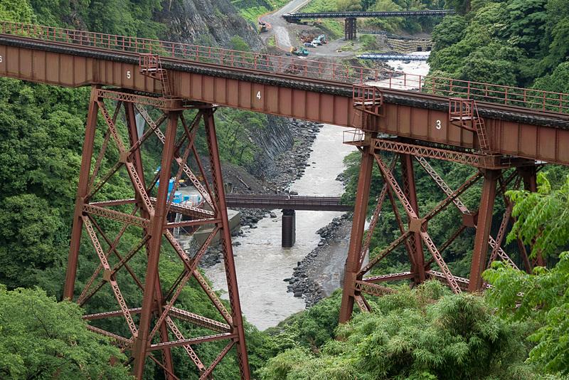 立野橋梁の奥に見える低い仮設橋の位置にダムが建設される