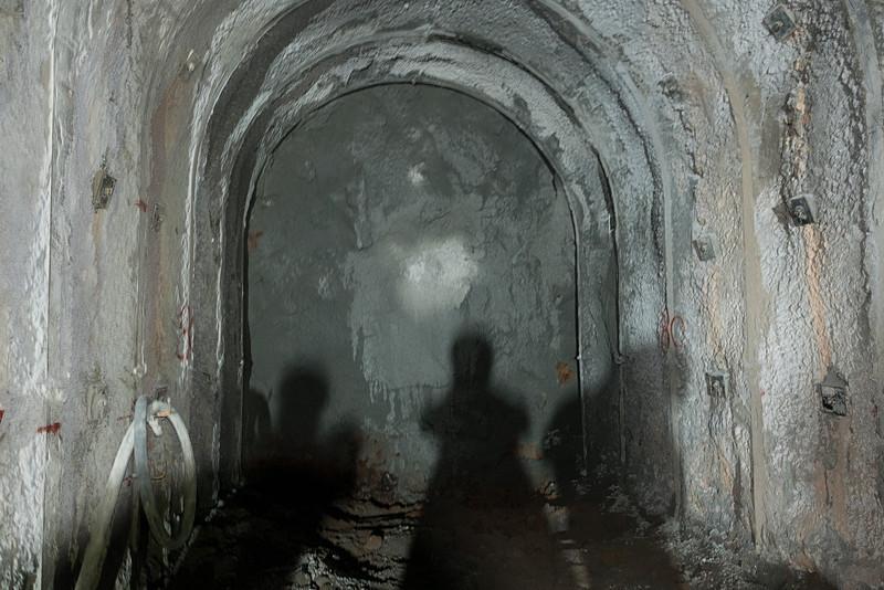 建設中のトンネル内を視察