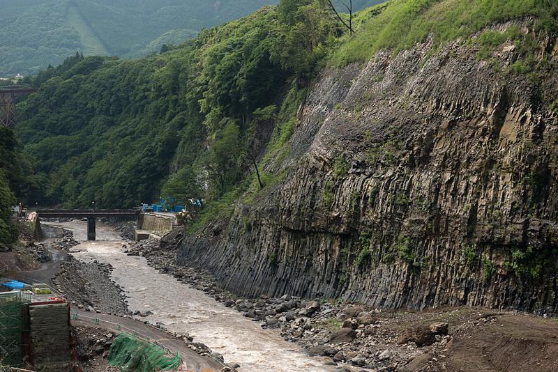 火山活動によって流れ出た溶岩が作り出した柱状節理。この自然が生み出した造形を近くで見られるのが立野ダムインフラツアーの一つの魅力になる