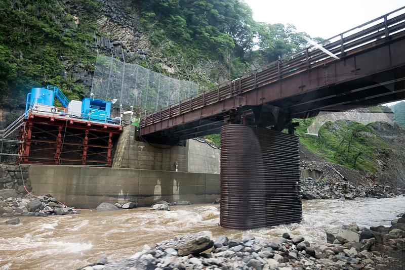 ダムは奥に見える低い仮設橋の位置に建設。堤の長さ(幅)は約200m、高さは約90mとなる。ここに約5m四方の穴が開けられ、常時水が流れる穴あきダムとなる