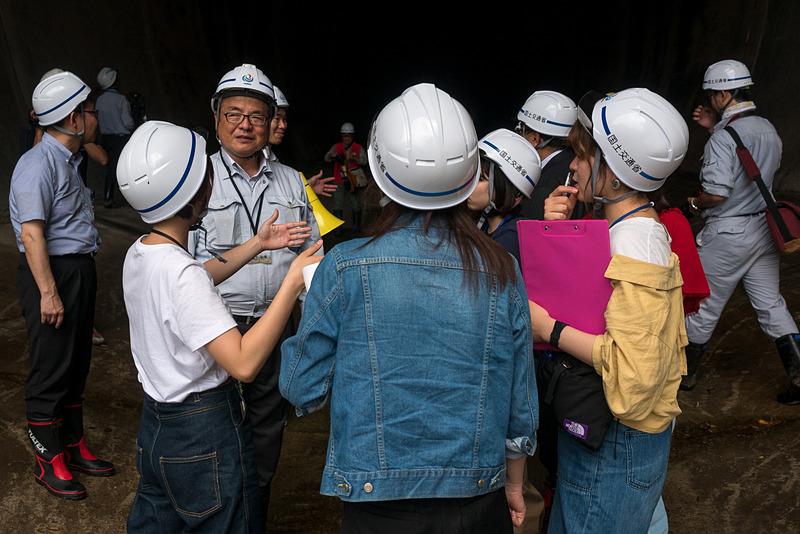 鵜木所長と議論する跡見女子大の学生たち