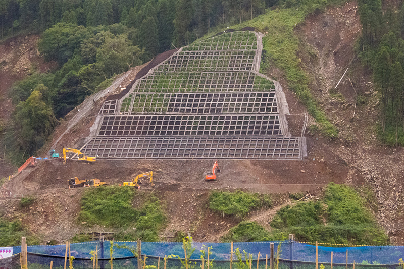 ちなみに立野ダムでは「実生の森育成プロジェクト」と呼ぶ取り組みも行なわれている。斜面に作られた法面をいち早く周囲の森林に馴染ませるため、あらかじめ工事現場から採取した樹木の種や幼木を、工事と並行して別の場所で育苗。ある程度成長させた状態で法面工事をした斜面に戻す取り組みだ