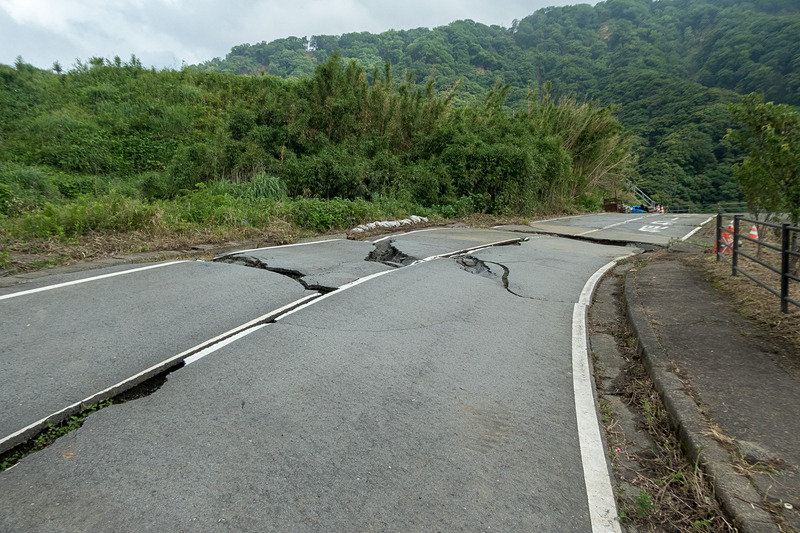 県道で発生した大きな地割れ