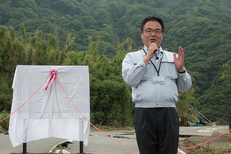 国土交通省 九州地方整備局 立野ダム工事事務所 所長の鵜木和博氏が説明看板設置の趣旨を説明
