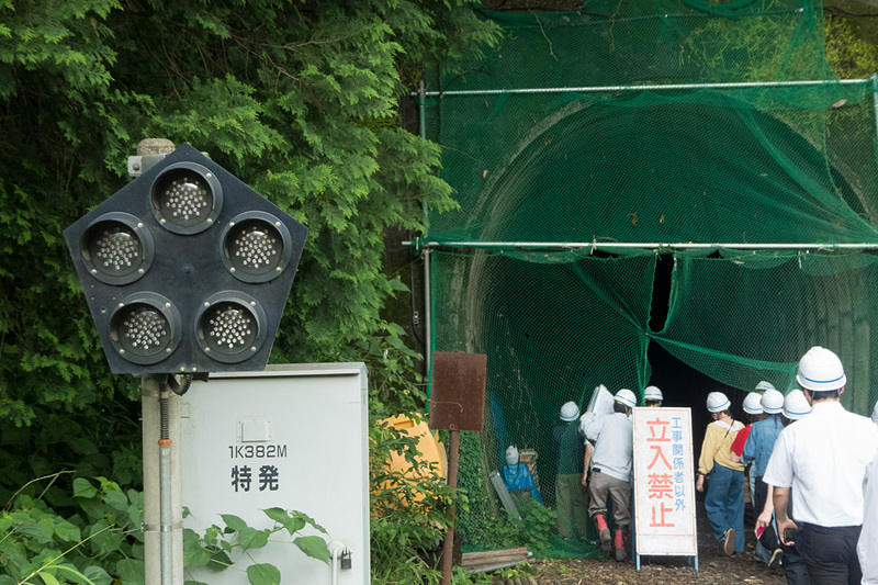 地震で内部のひび割れなどのほか、断層のずれで断面が移動してしまった犀角山トンネル
