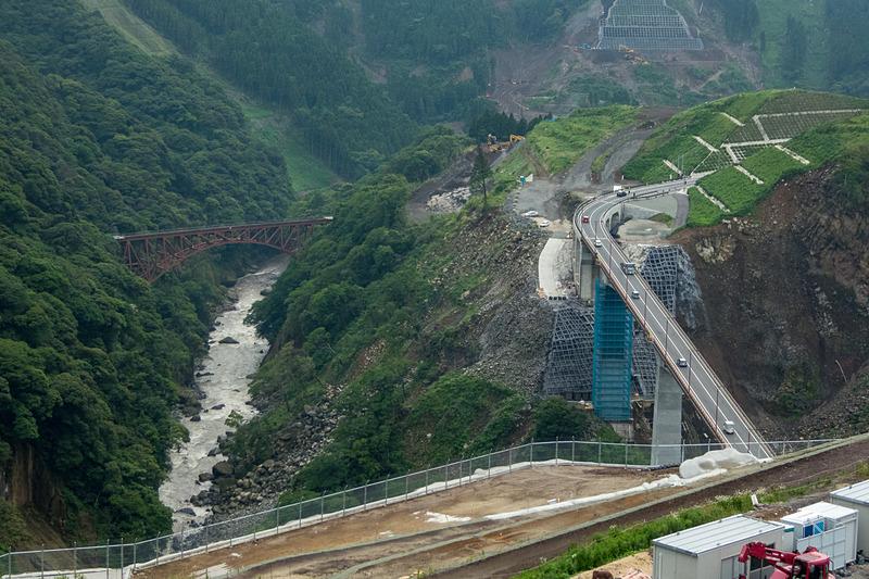 2017年8月27日に開通した阿蘇長陽大橋。渡った先で右に大きくカーブするよう復旧時の線形を変更した。左は先述した南阿蘇鉄道の第一白川橋梁