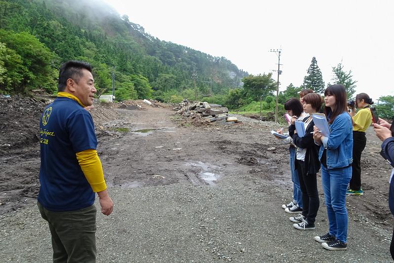 別館が建っていた場所で被害の状況を語る清風荘 代表取締役社長 河津誠氏