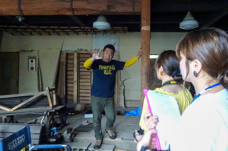 本館の中へも土砂が流れ込んだ。3日間で約1000名のボランティアが協力し、泥出しをしたという