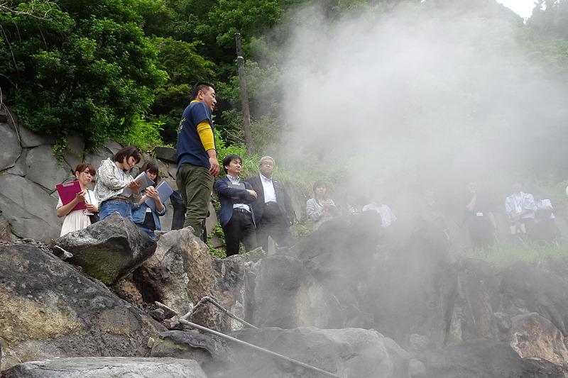 河津社長の希望となっている「すずめの湯」。石垣の間から温泉が湧き出ている。写真右上の手前にある湯船が温度の高いお湯、奥がほどよい温度のお湯になっている