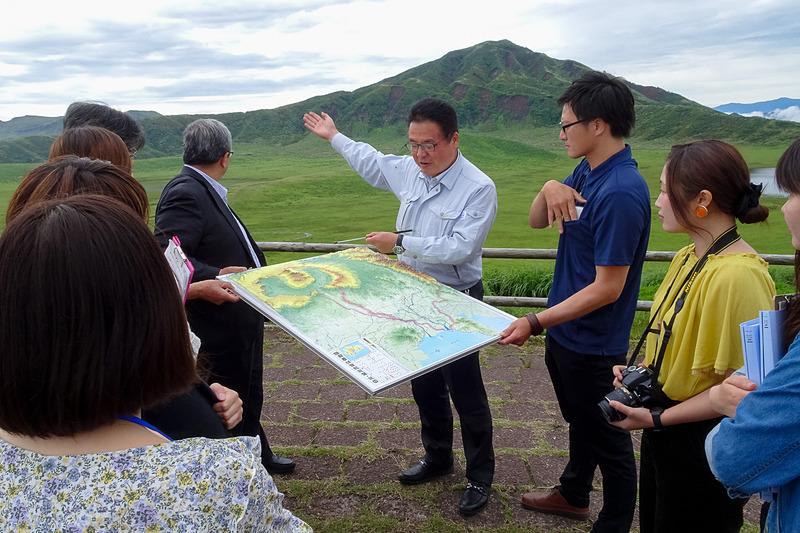 国交省 立野ダム工事事務所の鵜木所長が立体地図を使って、ここから見える山々を説明