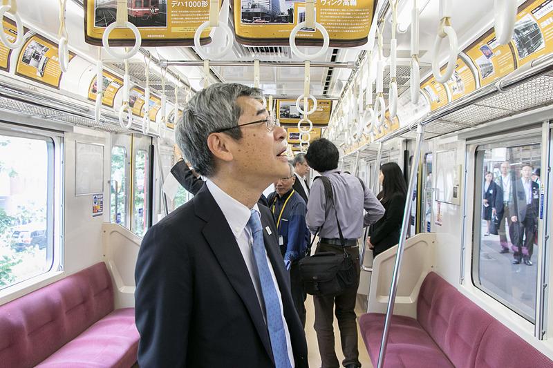車内では当時のきっぷや時刻表などを展示。京浜急行電鉄株式会社 取締役社長の原田一之氏も参加者に交じり展示物を楽しんでいた