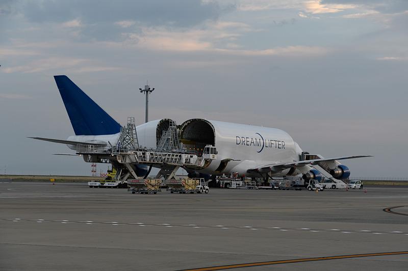 747LCF ドリームリフターは到着すると、このように治具を運び出す。入れ替わりに部品を積み込んで米国へ飛んでいく