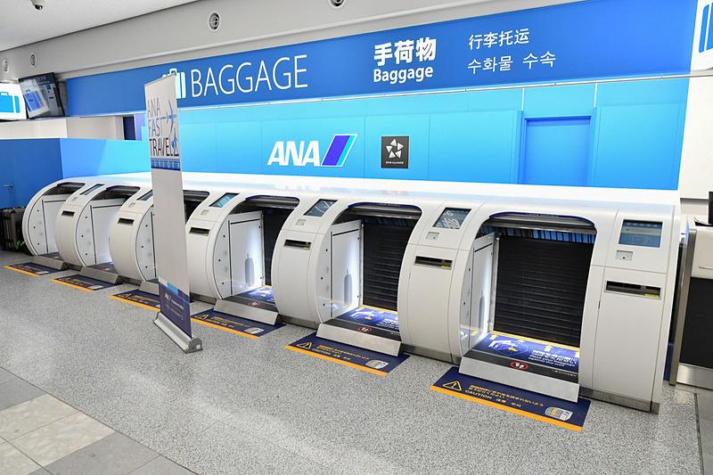 福岡空港国内線カウンターに導入された6機の「ANA Baggage Drop」