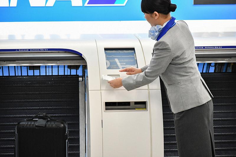 搭乗券の情報を読み込ませる